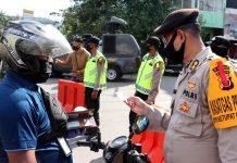 Aparat gabungan Polri, TNI, Sat Pol PP saat memberi penindakan dan pembatasan sosial dalam rangka mencegah penyebaran Covid 19 di Kota Jayapura, Jumat (22/5/20)