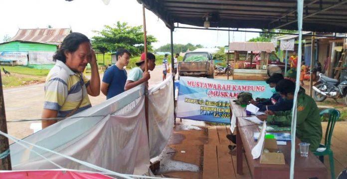 Pospam Ops Ketupat Matoa 2020 yang sekaligus sebagai tempat Posko Covid-19, di jalan poros Trans Papua di Ulilin Merauke Papua, Jumat (22/5/20)