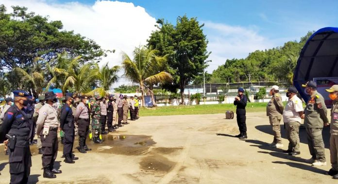 Wakasat Brimob Polda Papua, AKBP Suroso saat memimpin apel persiapan pengamanan lokasi penyekatan dalam rangka pembatasan aktivitas masyarakat, di Lapangan PTC entrop, Sabtu (23/5/20)
