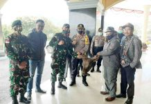 Caption : Bupati Puncak Jaya, Yuni Wonda, S.Sos, S.IP, MM, saat menyerahkan secara simbolis kepala ternak sapi kepada Unsur Pimpinan TNI Polri, ASN dan Masyarakat Muslim di Halaman Kantor Bupati Puncak Jaya, Sabtu (23/05/2020).