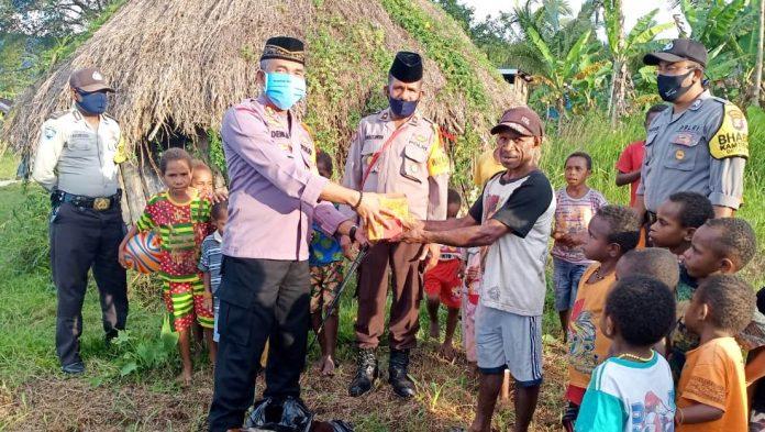 Kapolres Mamberamo Tengah AKBP Deni Herdiana,SE.,SH bersama anggota saat berbagi kasih dengan membagikan nasi kotak kepada masyarakat, Senin (25/5/20)