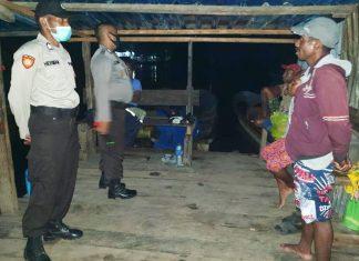 Personil Polres Waropen saat melakukan patroli malam dan himbauan kepada masyarakat, Minggu (24/5/2020)