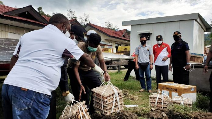 Pemusnahan sebagian barang campuran yang telah rusak dan tak layak konsumsi yang masuk ke Kabupaten Tolikara, Senin (25/5/20)