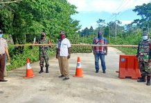 Personil gabungan TNI-Polri yang menjaga ketat akses keluar masuk masyarakat di area perbatasan Kabupaten Biak Numfor-Supiori