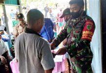 Danramil 1709-04/Yapbar Kapten Inf Yermias Ayomi bersama anggota saat mendampingi aparat kampung dalam penyaluran Dana BLT di Kampung Natabui, Selasa (26/05/2020)