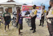 Penyerahan bantuan berupa Sembako kepada warga Kampung Baganapura dan Kampung Megapura, Distrik Nelawi, Kabupaten Tolikara
