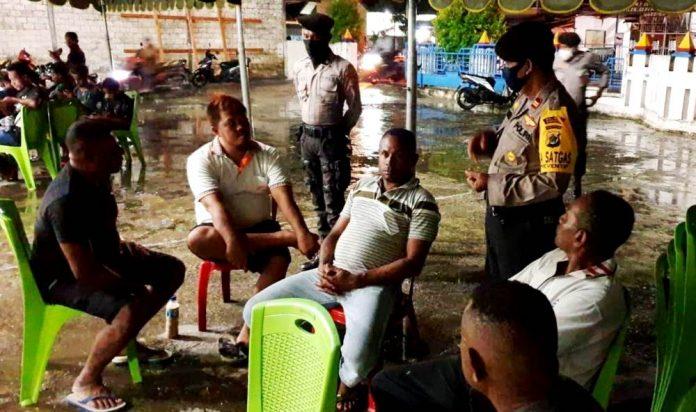 Kasat Samapta Iptu. Yuli Wahono, S.Sos., M.Si. saat melakukan patroli dan himbauan kepda masyarakat untuk mematuhi protokol kesehatan