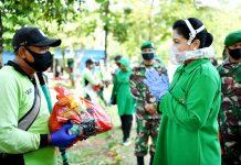 Ketua Umum Persit Kartika Chandra Kirana Ibu Hetty Andika Perkasa saat memberikan bantuan berupa paket sembako kepada salah satu perawat makam Pondok Rangon