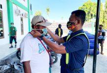 Aparat Polsek Kawasan Bandara Sentani saat melaksanakan patroli dengan menyampaikan himbauan dan membagikan masker bagi warga