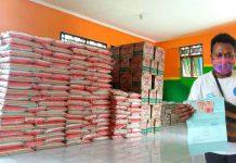Caption: Agustinus Kaigere saat menerima Bantuan BLT di Posko Covid-19 kampung Waena dan foto paket Sembako yang akan dibagikan kepada warga