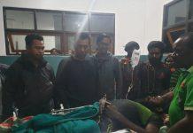 Anggota KSB bernama Tendison Enumbi yang telah kembali ke pangkuan NKRI saat mendapat perawatan media di Kota Mulia, Puncak Jaya