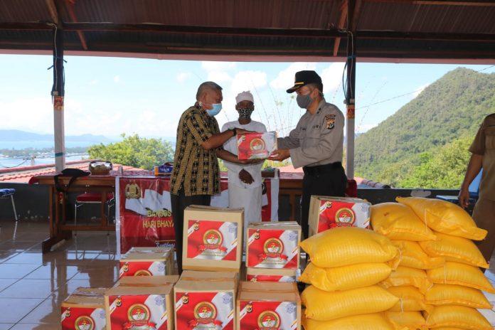 Penyerahan bantuan Sembako dari Polda Papua kepada Parisada Hindu Dharma Indonesia Kota Jayapura