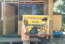 Penyerahan bantuan Sembako dari Polri kepada warga terdampak Covid -19 di Kampung Kiren, SP 1 Distrik Bonggo, Kabupaten Sarmi