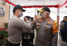 Kapolda Papua Irjen Pol. Drs. Paulus Waterpauw saat memberi ucapan selamat kepada personel Polri yang naik pangkat periode 1 Juli 2020