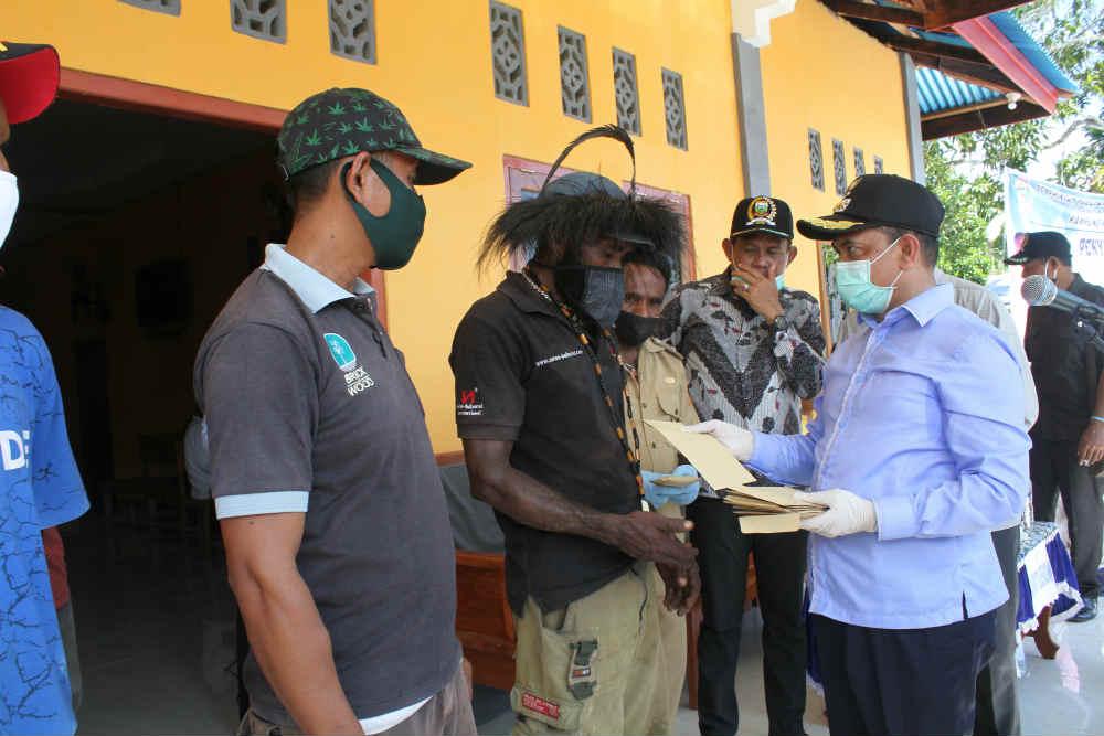 Caption : Bupati Kabupaten Keerom, Muh Markum, saat menyerahkan bantuan tunai kepada kelompok Tani Kampung Walma, distrik  Skanto, kabupaten Keerom, Sabtu (06/06/2020)