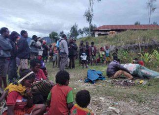 Caption : Suasana warga saat menyaksikan korban penembakan di Kampung Megataga, Distrik Wandai, Kabupaten Intan Jaya, Jum'at Mei 2020.