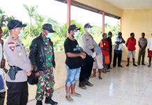 Bupati Mappi Kritoforus Yohanes Agawemu bersama TNI/Polri saat mensosialisasikan pencegahan penularan Covid-19