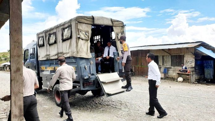 Aparat Polres Tolikara saat melakukan patroli dialogis Senin (1/6/20)