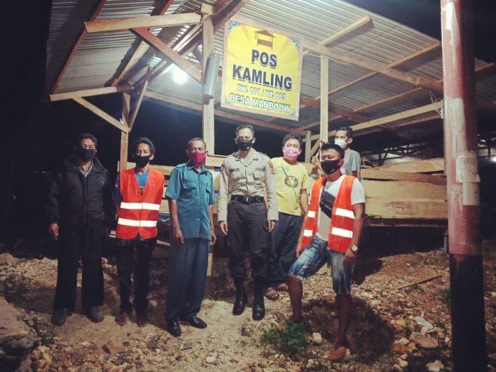Kasat Binmas Polres Biak Numfor Iptu Maryono sat menyerahkan bantuan penunjang untuk penjagaan di Pos Kamling RT.01 dan RT.02 Kampung Mandow Biak, Minggu (31/5/2020)