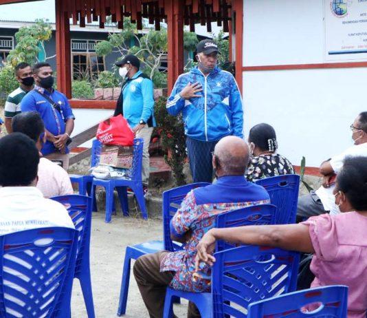 Kapolda Papua, Irjen Pol. Drs. Paulus Waterpauw saat menyampaikan pesan-pesannya dalam kesempatan menyerahkan bantuan paket Sembako kepada pengurus Yayasan Papua Memberkati, Senin (1/6/20)
