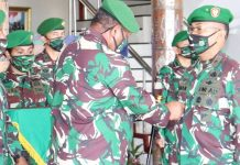 Pangdam XVII/Cenderawasih Mayjen TNI Herman Asaribab saat menyematkan tanda jabatan kepada pejabat baru Danrem 173/PVB, Kolonel Inf Iwan Setiawan, Rabu (03/06/2020)