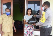 Penyaluran bantuan 25 paket beras bantuan Polri kepada warga Kampung Rorisi, Distrik Urei Faisei, Kabupaten Waropen, Rabu (3/6/20).