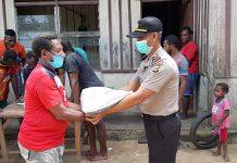 Penyaluran bantuan beras kepada masyarakat Digoel Atas, Distrik Bomakia, Tanah Merah