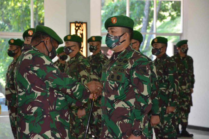 Pangdam XVII/Cenderawasih Mayjen TNI Herman Asaribab, saat menyematkan tanda jabatan dalam serahterima jabatan yang berlangsung di Aula Tonny A Rompis Makodam XVII/Cenderawasih, Kamis (18/06/2020)