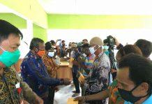 Bupati Keerom serahkan BLT kepada perwakilan masyarakat Kampung Skanto, Kamis (18/06/2020).