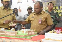 Caption : Bupati Puncak Jaya, Yuni Wonda,S.Sos, S.IP. MM, saat memotong kue Ulang Tahun ke-45 dalam acara ucapan syukur di Aula Sasana Kawonak Kantor Bupati Puncak Jaya, Senin (22/06/2020).
