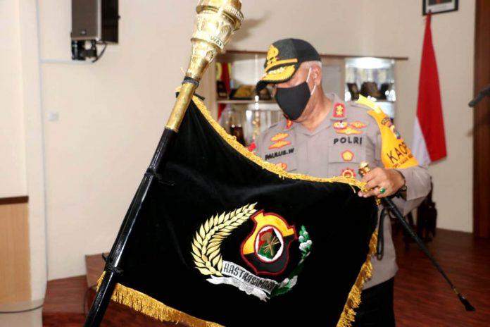 Kapolda Papua, Irjen Pol. Drs. Paulus Waterpauw saat memimpin pencucian pataka Polda Papua jelang Hari Bhayangkara Ke-74 Tahun 2020