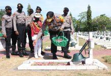 Kapolda Papua, Irjen Pol. Drs. Paulus Waterpauw saat tabur bunga saat ziarah ke TMP Kesume Trikora, Senin (29/6/2020)
