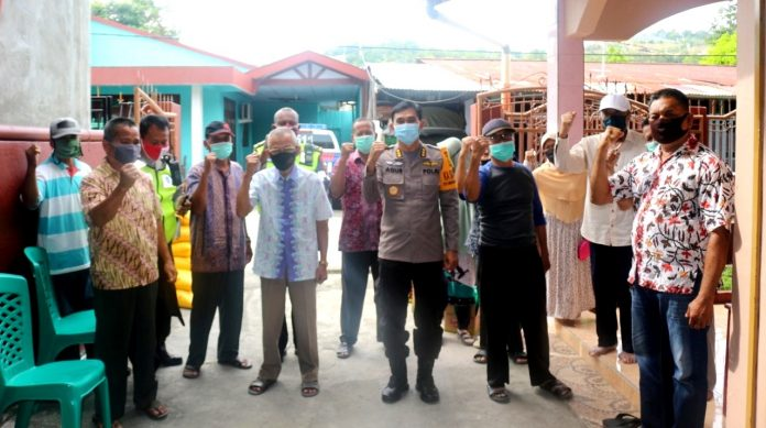 Kabiddokes Polda Papua Kombes Pol Drg. Agustinus Mulyanto Hardi. T sat berfoto bersama para purnawirawan di Perumahan Furia Kotaraja, Kota Jayapura, Senin (29/6/20)