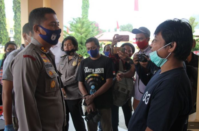 Kapolres Jayapura AKBP Victor Dean Mackbon sat menginterogasi pelaku AYFL yang nekat membunuh karena cembur