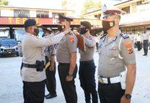 Kapolresta Jayapura Kota, AKBP Gustaf R Urbinas saat menyematkan tanda pangkat kepada perwakilan personel yang mendapat kenaikan pangkat, Selasa (30/6/20)
