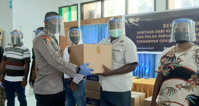 Kabag Ops Polres Jayapura, AKP Agustinus Puhiri yang juga menyerahkan bantuan secara simbolis kepada para pelaku usaha pariwisata di Kabupaten Jayapura, Jumat (10/07/20)