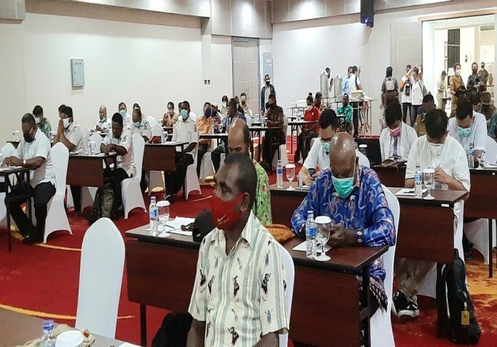 Paramedis dari Puskesmas dan Rumah Sakit dan stakholder terkait di Kabupaten Jayapura saat mengikuti pertemuan terkait penanganan Covid-19 melalui karantina mandiri, di Hotel Suni Garden Lake, Selasa (14/7/20)