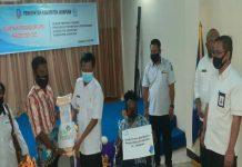 Wakil Bupati Jayapura, Giri Wijayantoro saat menyerahkan tongkat bantuan PT PLN UIP Papua dan Papua Barat kepada penyandang disabilitas di Hotel Merbau, Sentani, Rabu (15/7/20)
