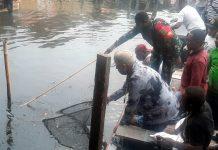 Bukan menjaring ikan, di Kampung Yoboi yang berada di pinggiran Danau Sentani, Kapolda Papua, Irjen Pol Drs. Paulus Waterpauw menjaring sampah untuk memberi semangat warga setempat dalam menjaga kebersihan lingkungan agar lebih menarik wisatawan