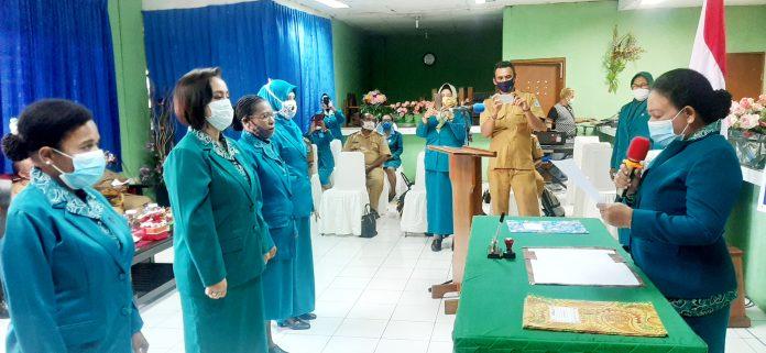 Ketua TP PKK Kabupaten Jayapura, Ny. Magdalena L. Awoitauw saat melantik empat Ketua TP PKK, Selasa (28/7/20)