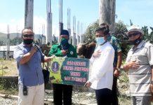 Wakil Bupati Jayapura, Giri Wijayantoro saat menyerahkan secara simbolis hewan kurban yang diterima panitian pemotongan hewan kurban Masjid Al-Aqsha Sentani, Kamis (29/7/20)