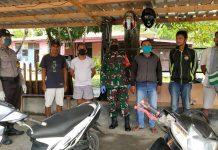 Bhabinkamtibmas Aipda La Saharudin Oge didampingi Babinsa Sertu Salamon Hehanusa saat menyambangi pangkalan ojek untuk disiplin memakai masker jika keluar rumah