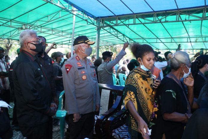 Kapolda Papua, Irjen. Pol. Drs. Paulus Waterpauw bersama Wakil Bupati Mimika Johanes Rettob, saat menghadiri upacara pelepasan jenazah Alm. Drs. Titus O. Potereyauw, Rabu (22/7/20)