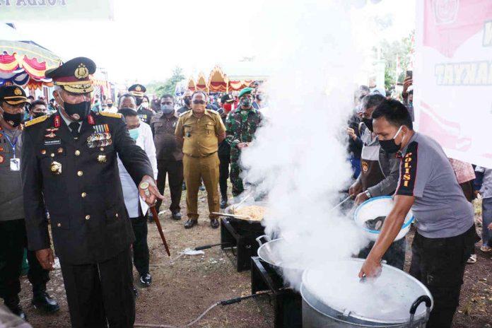 Caption : Kapolda Papua, Irjen Pol Drs. Paulus Waterpauw didamping Bupati Keerom, MUCH Markum, saat memantau dapur Umum TNI-Polri , Rabu 1 Juli 2020.