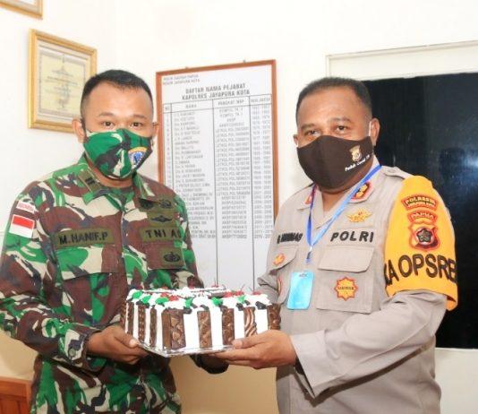 Kapolresta Jayapura Kota AKBP Gustav R. Urbinas, SH.,S.IK.,M.Pd saat menerima surprise dari Komandan Satrol Lantamal X Jayapura Kolonel Laut (P) Dian Tri Hutanto, S.Kel, M.M. tepat di Hari Bhayangkara ke-74, 1 Juli 2020