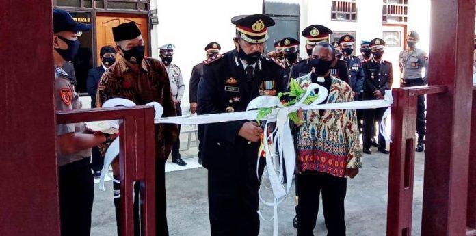 AKBP Hapry Lanudjun saat menggunting pita pada peresmian gedung baru di Mapolres Sarmi, Rabu (1/7/20)