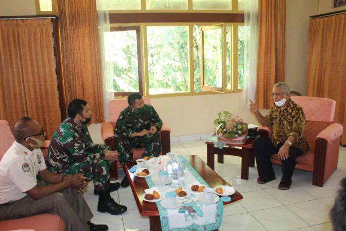 Caption : Kabintaldam XVII/ Cenderawasih, Letkol Arh Antonius Andre Wira K. S.AP M.Si bersama staf, saat silaturahmi dengan Keuskupan Jayapura pada Kamis (09/06/2020).