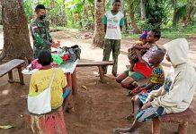 Personil Satgas Pamtas RI-PNG Yonif 125/Si'mbisa sat memberikan pelayanan kesehatan kepada warga yang sedang sakit di wilayah perbatasan RI-PNG