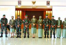 Komandan Korem 172/PWY Brigjen TNI Izak Pangemanan saat berfoto bersama enam Kepala Seksi Korem 172/PWY yang baru