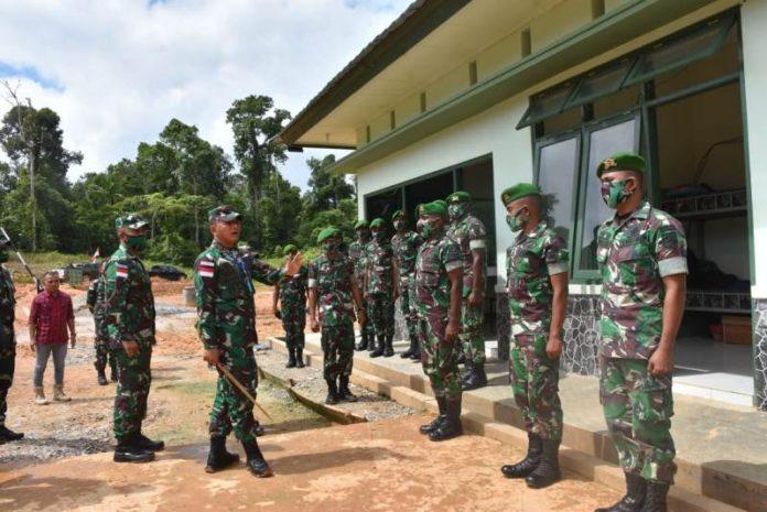 Caption : Danrem 174/ATW (Merauke) Brigjen TNI Bangun Nawoko, saat meninjau proses pembangunan Batalyon 757/GV, pada Kamis (17/07/2020).